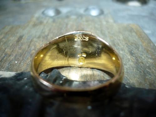 Az antik gyűrű belseje