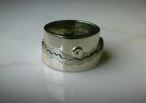Összeillő fehérarany karikagyűrű egymáson