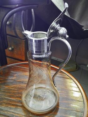 Üvegedény (karaffa) új fedéllel nyitva