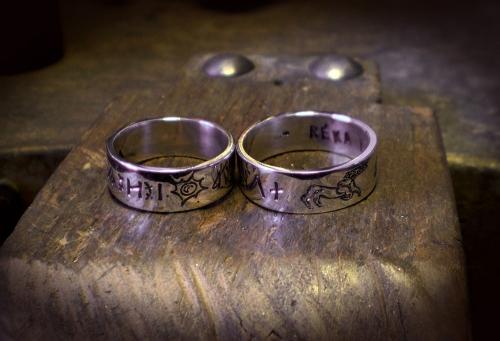 Rovás karikagyűrű két gyereknévvel, nap szimbólummal