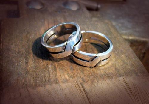 Ezüst karikagyűrű egymást keresztező mintával