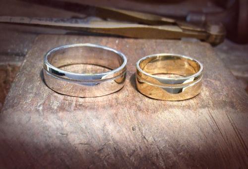 Ezüst és arany karikagyűrűpár
