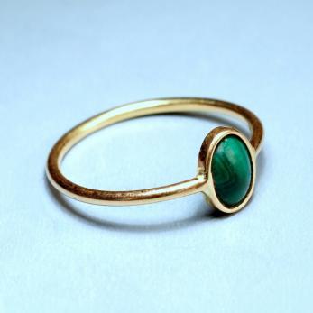 Gyűrű kis ovális kővel